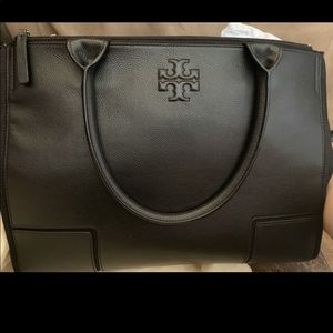 I'm selling a hand bag brand new never used !!!